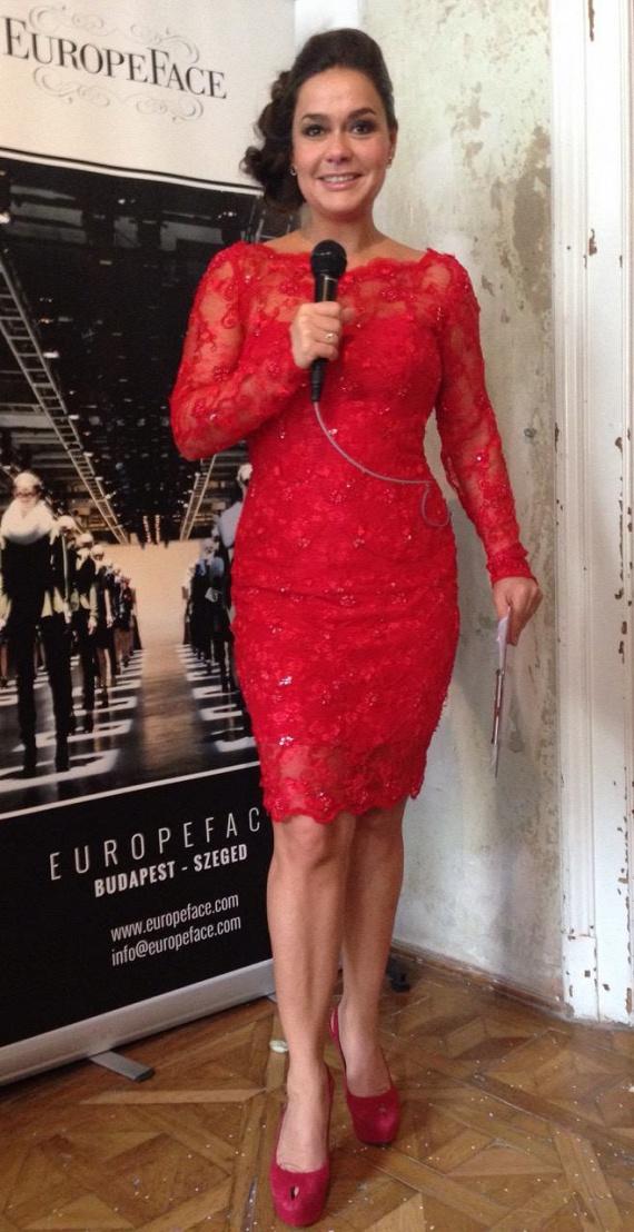 Geszler Dorottya hibátlan alakját a fiatalabb modellek is megirigyelhetik, piros ruhájában pedig elbűvölően fest.