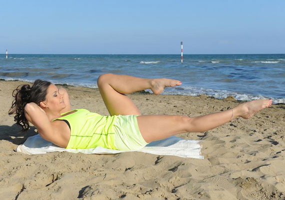 A tengerparti környezetben és a gyönyörű sztár bemutatójával sokan kedvet kaphatnak a pilates gyakorlatokhoz.