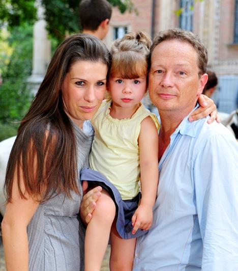 Boldog férj és apukaFeleségével, Ditz Edittel 2000-ben találkoztak először, amikor a szöveggyáros a Danubius Rádió zenei programjainak műsorvezetőjeként, Ditz Edit pedig ugyanitt kommunikációs igazgatóként dolgozott. A hajdani munkakapcsolatból és ellenszenvből 2006-ban mindent elsöprő, elmélyült szerelem lett. 2008-ban házasodtak össze, és 2009. február elsején megszületett első gyermekük, Sára Lujza, majd 2011 márciusában Lenke Róza is a világra jött.Kapcsolódó cikk:Megható vallomás! Geszti Péter imádattal csüng kislányán »
