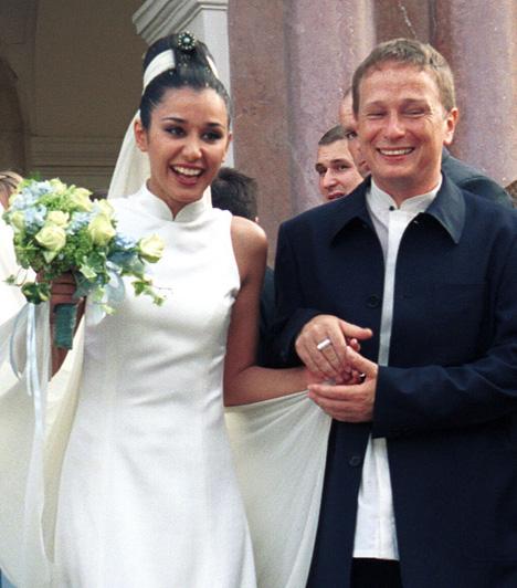 Első házassága nem sikerültGryllus Dorka színésznőt 2001-ben vette feleségül, kiforrott, összetartó kapcsolat volt az övék. Öt év házasság után azonban elváltak, Péter elmondása szerint Dorka még a karrierjét építette, míg Geszti már családra, gyerekekre, sok-sok együtt töltött időre vágyott. A válás után is megmaradt jó kapcsolatuk, több nyilatkozatban említik, hogy mind Márta nénivel, mind Péterrel a mai napig támogatják egymást.