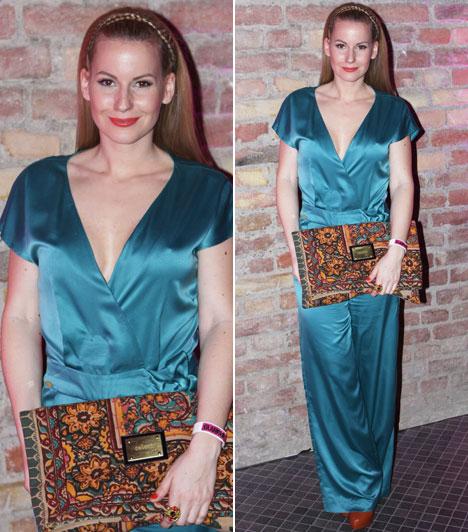 Mádai Vivien  Az MTVA műsorvezetője kék overallját a lábbelijével harmonizáló, tarka, oversize retiküllel tette különlegessé.