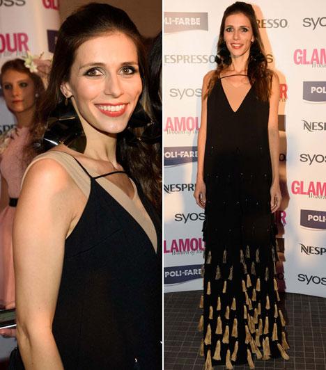 Szekeres NóraA nyolcadik Glamour-gála műsorvezetője a színpadon estélyiben egy földet seprő estélyiben zsebelte be az elismerő pillantásokat.