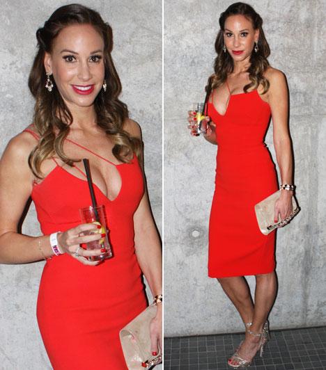Vajna Tímea  Andy Vajna felesége egy piros, aszimmetrikus koktélruhát választott a Glamourra, amelynek dekoltázsával vonzotta a tekinteteket. A ruha Victoria Beckham kollekciójából származik.