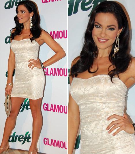 Bódi SylviA barna modell a Glamour-gálán sem rejtegette hosszú lábait, fehér pántnélküli koktélruhát viselt.