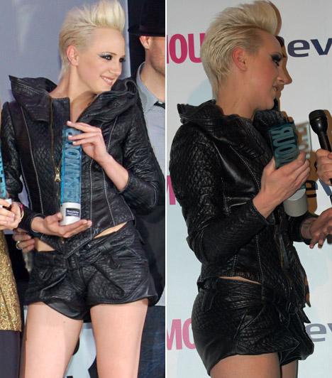 Tóth Gabi  Tóth Gabit harmadik alkalommal jelölték a Glamour Women of the Year díjátadó gálán, és 2011-ben végre a díjat is elvihette. Mint mindig, most is vagány szerelést választott az eseményre.  Kapcsolódó képgaléria: A 2012-es Story-gála legdögösebb sztárjai »