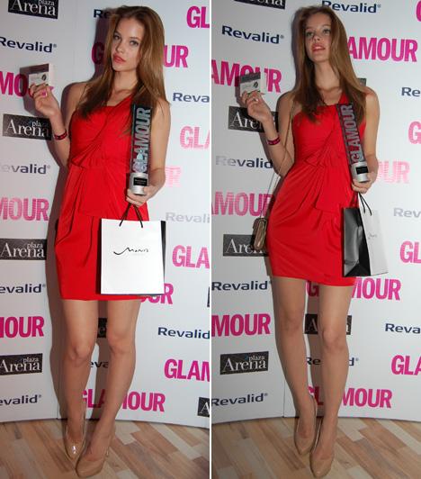 Palvin Barbara  Palvin Barbara, a tinédzser modell a tavalyi év után 2012-ben is a kategória győztese lett. Egy aszimmetrikus, húzott, tűzpiros ruhára, valamint színben összehangolt bézs kistáskára és cipőre esett a választása.  Kapcsolódó cikk: Ő lett az év modellje! Képeken Palvin Barbara legszebb címlapfotói »