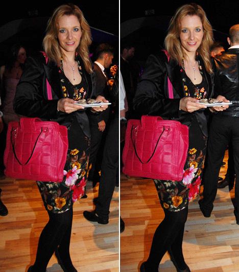 Peller Anna                         Peller Anna színésznő, a Barátok közt sztárja már a tavaszt idézte virágos ruhájával és élénk, pink színű táskájával.                         Kapcsolódó cikk:                         Nem volt szégyenlős! Hiányos öltözetben lépett színpadra a magyar színésznő »