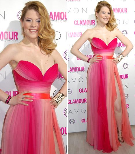 Muri Enikő  Az X-Faktorral ismerté vált énekesnő és musicalszínésznő Benes Anita Daalarna szalonjából választotta ezt a mélyen dekoltált, pink kreációt.