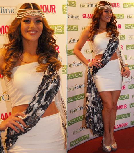Kulcsár EdinaA 2014-es Miss World Hungary, a londoni világverseny második helyezettje fehér miniruhát húzott, az átlósan megkötött virágos kendőben úgy tűnt, mintha most is szépségkirálynő-választáson lennénk.