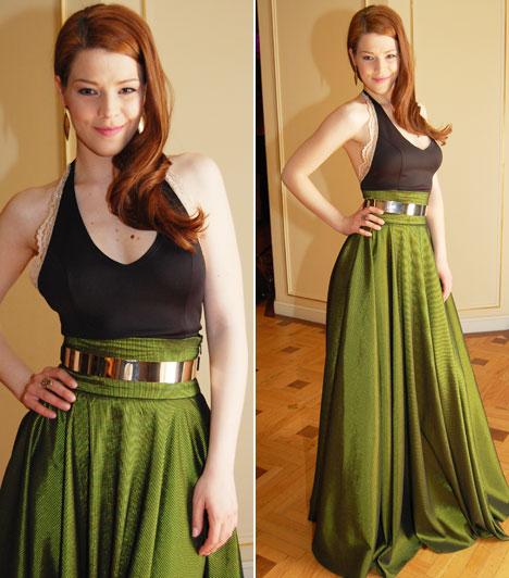 Muri Enikő  A porcelánbőrű énekesnő, színésznő smaragdzöld szoknyából és a csipkével díszített, testhezálló, fekete felsőrészből álló Kokafashion ruhája tökéletes választás, remekül állt neki.