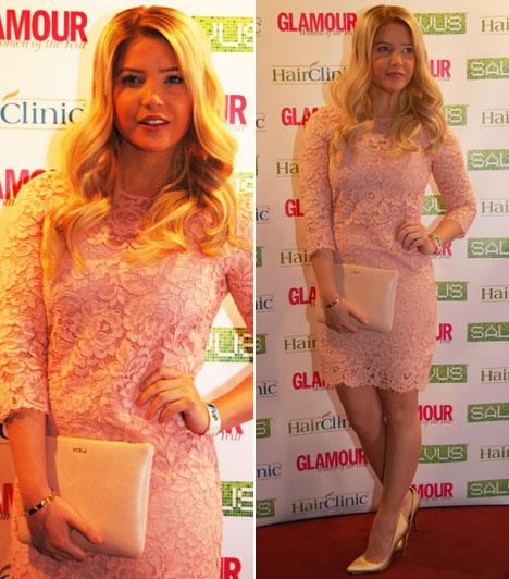 Szabó Zsófi  Az RTL Klub műsorvezetője a romantikus oldalát mitatta meg az idei Glamour-gálán, egy rózsaszín csipkeruhára esett a választása.