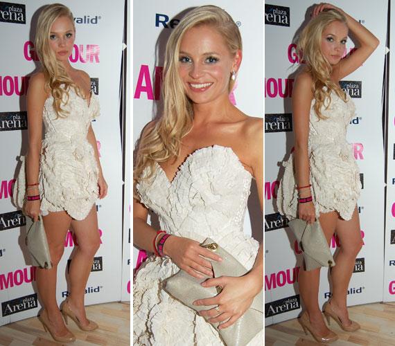 A 2012 gála legemlékezetesebb ruhájába Iszak Eszer, a VIVA TV fiatal műsorvezetőnője bújt. Az apró fodrokból csavart, fehér Daalarna mini kiemelte az egykori modell hosszú lábait és dekoltázsát.