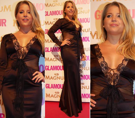 Szabó Zsófi a 2013-as Glamour-gálán azzal keltett feltűnést, hogy nem húzott melltartót a csipkével díszített estélyi ruhája alá, a lágy anyagon átütöttek a mellbimbói.