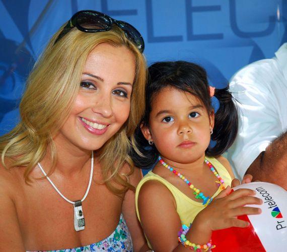 Gombos Edina kislányával és férjével érkezett a fesztiválra. Miranda már arra is ügyelt, hogy figyelemfelkeltő ékszerekkel csinosítsa magát.