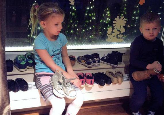 - Nálunk már elkezdődött a készülődés... Az összes cipő tiszta, és már lassan 20 perce ülnek, és várják a Mikulást, hátha idén ki tudják lesni, ahogy beleteszi a csokit a cipőkbe! Nem fog sikerülni - írta közösségi oldalára Sarka Kata.