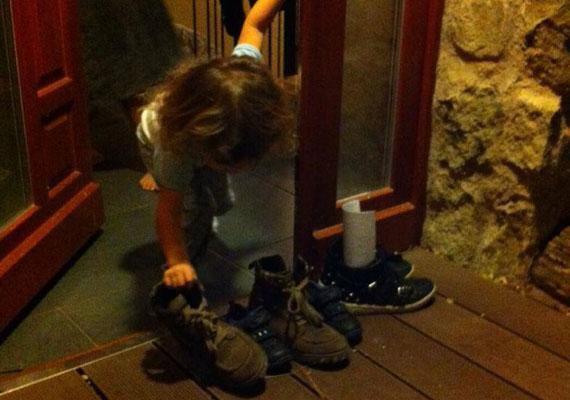 - Lefekvés előtt Zizmike még ellenőrizte és megigazította a kiscipőket, hogy a Mikulás biztosan megtalálja. Annyira Édesek... Ilyenkor néhány órára, velük együtt ismét gyermek lehetek én is:) Levelet írunk, cipőt pucolunk és izgatottan várjuk a reggelt:) - olvasható Rubint Réka Facebook-oldalán.