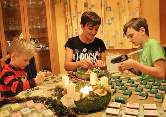 - Blanka lányunk az adventi koszorúnkat, én pedig a fiúkkal, Domival és Csabikával a karácsonyi ajtódíszt készítjük éppen - írta Facebook-oldalára Szandi.