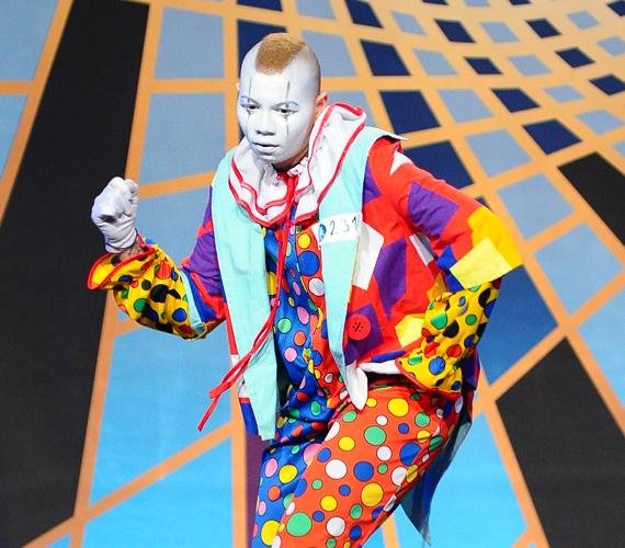 Gomes egyik első produkciója és bohócmaszkja elkápráztatta a zsűrit és a nézőket.
