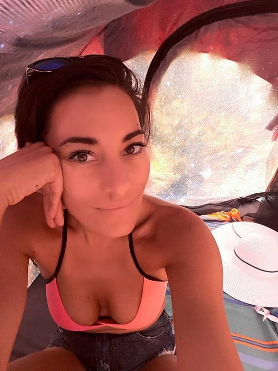 Görög Zita egy bikinis fotót posztolt ma reggel - ebben a pózban túl merészre sikeredett a dekoltázsa.