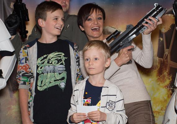 Szandi ugyancsak a Csillagok háborúja animációs sorozatának vetítése előtt bolondozott két fiával, a 12 éves Domonkossal és a nyolc és fél éves Csabikával.