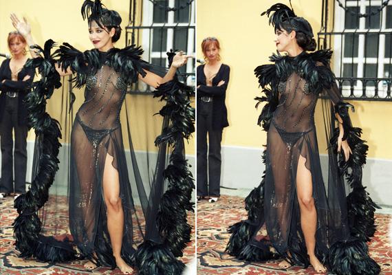 Egy kis merészségért nem kell a szomszédba mennie a 40 éves sztárnak: 2001. szeptember 21-én a Magyar Dráma Napján az Országos Színháztörténeti Múzeum és Intézetben rendeztek egy különleges divatbemutatót, ahol többek között ő is színpadra lépett ebben a bevállalós, átlátszó ruhában.