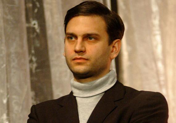 Simon Kornél 1976. szeptember 1-jén született Kazincbarcikán, a dráma tagozatos középiskola után a Pesti Magyar Színiakadémián tanult.