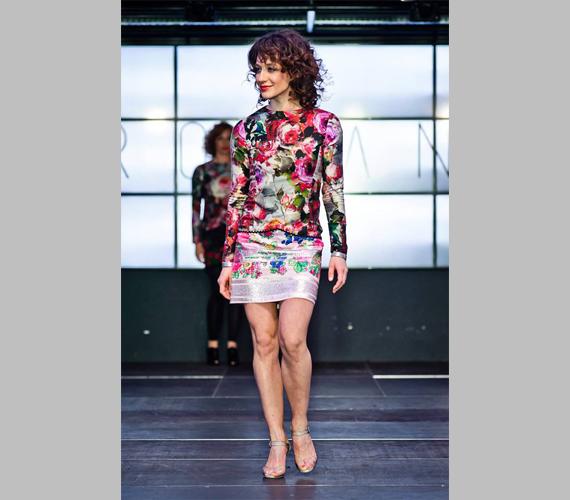 Ez a világos rózsaszín alapon, színes, rózsamintás ruha bármely eseményre jó választás lehet, Pető Katának is remekül állt.