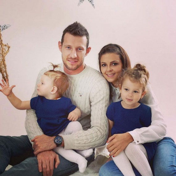 A 27 éves Elek Ákos 2012 nyarán vette feleségül gyerekkori szerelmét, Évát. Két kislány édesapja, Mira 2012 novemberében, míg Molli 2015 februárjában látta meg a napvilágot.