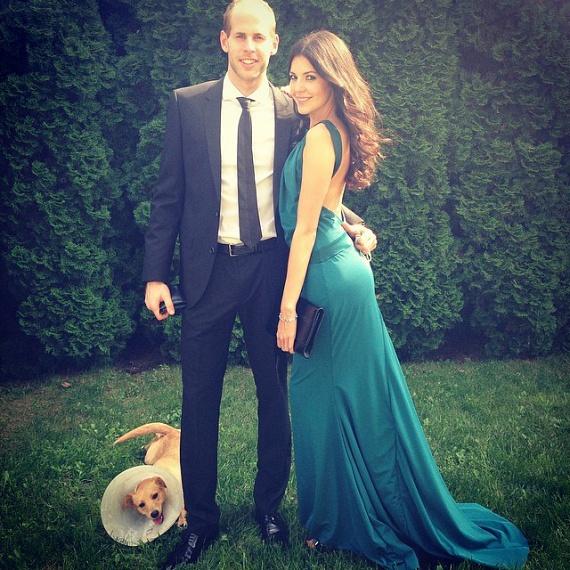 A 26 éves Gulácsi Péter a legfrissebb házasember a válogatottban. A kapus az edzőtáborból két nap kimenőt kapott, így május 28-án helikopterrel időben megérkezett a Balaton északi partján tartott esküvőjére. Felesége, Vígh Diána 2013-ban bejutott a szépségkirálynő-választás döntőjébe.