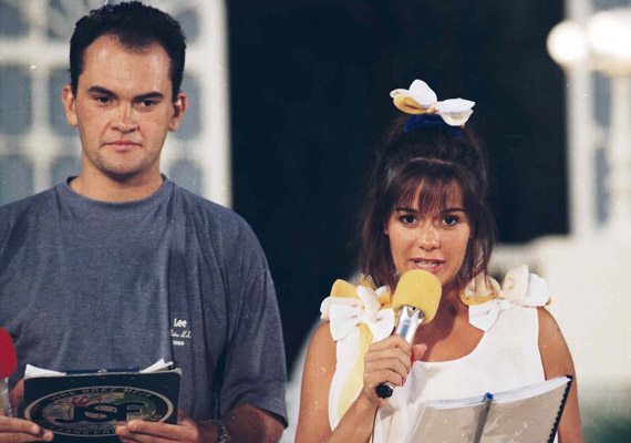 Az 1993-as Játék határok nélkül háziasszonya Geszler Dorottya volt. A következő évben megkapta maga mellé Gundel Takács Gábort, aki humoros megjegyzéseivel ebben a műsorban vált egy csapásra az ország kedvencévé.