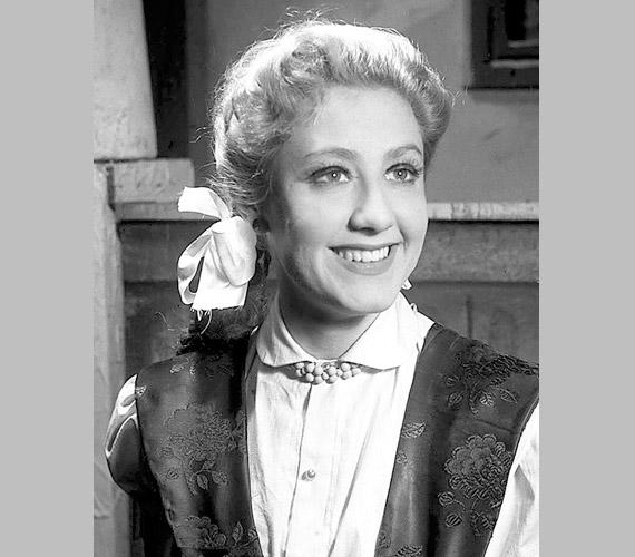 A mindössze 23 éves, gyönyörű színésznő a Pettyes című darabban, melyet 1954. január 29-én mutattak be Miskolcon, a Déryné Színházban.
