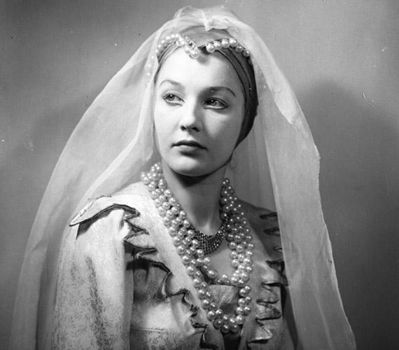 Főiskolai tanulmányai alatt már szerepelt statisztaként és kisebb szerepekben a belvárosi Úttörő Színházban. A felvétel 1951 márciusában az Úttörő Színházban játszott Erős János című mesejátékból való.