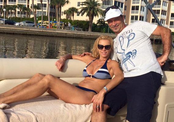 Hajas büszke lehet 15 évvel fiatalabb feleségére. Juditnak tökéletes az alakja, amelyet egy falatnyi bikiniben mutatott meg.