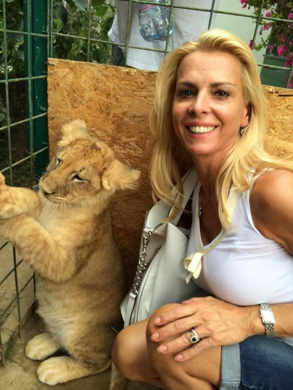 Hajas László felesége, Judit nemcsak a férjét, de az állatokat is nagyon szereti, itt egy kis oroszlánnal fotózkodott boldogan.