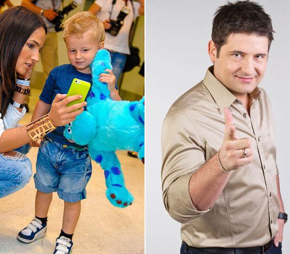 A kis Dávidnak éppen Debreczeni Zita mutat valami érdekeset a mobilján. A kisfiú nagyon hasonlít édesapjára.