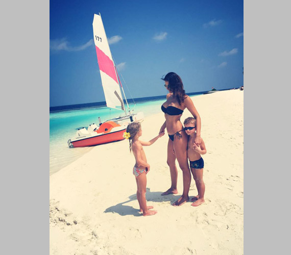 """""""Család, boldogság, napfény"""" - írta Hajdú Péter a képhez, amelyen felesége és két gyereke látható a homokos tengerparton."""
