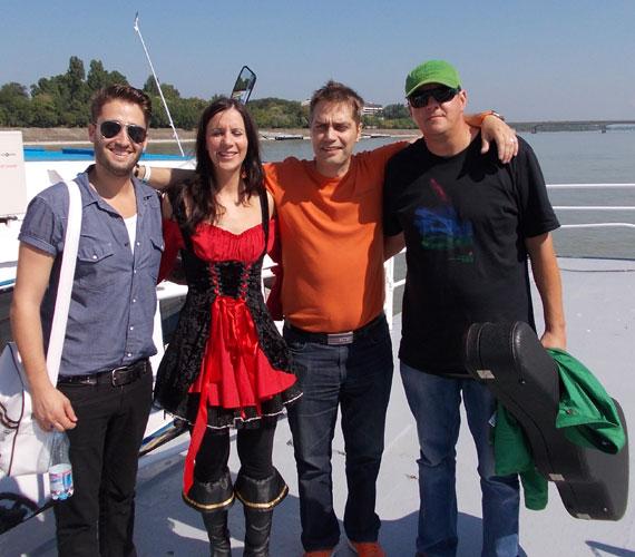 Harsányi Levente, Hajdu Steve és Pordán Petra csapatához Király Viktor is csatlakozott, akit a kora hajnali felkelés sem zavart, igazi hajnali örömkoncertet adott.