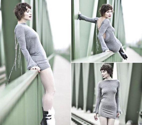 A mini kötött ruha a színésznő előnyös oldalait hangsúlyozza.