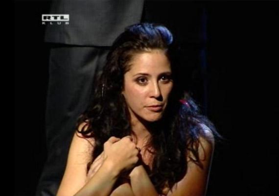 Gubás Gabi 2010-ben a Thália Színház Paulo Coelho Tizenegy perc című regényéből készült darabjában vetkőzött le életében először. Nehéz volt levetkőznie gátlásait, de a szerep kedvéért megtette. Amikor várandós lett második gyermekével, helyét Valentin Titánia vette át.