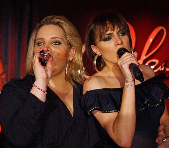A 29 éves Tóth Vera a Megasztár legelső szériájában, 2003-ban robbant be a hazai zenei világba. Három évvel fiatalabb húga, Tóth Gabi a második szériával lett ismert, mára már ő bírálja az ifjú énekeseket az X-Faktor női mentoraként.