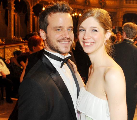 A 31 éves színész már évek óta boldog párkapcsolatban él barátnőjével, Pazar Krisztinával.