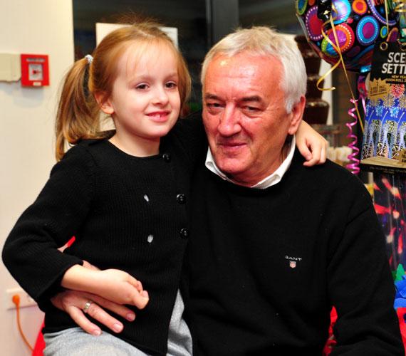 A legkisebb lány, Zsófi és nagypapája kölcsönösen rajonganak egymásért.