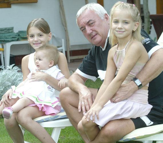 Ez a fotó 2005 nyarán készült, azóta sokat nőttek Havas Henrik szöszi unokái.