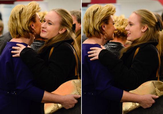 Liptai Claudia puszival és öleléssel köszöntötte barátnője, Hegyi Barbara lányát. Rozi édesanyja férjével, Zoránnal érkezett.