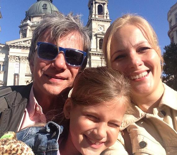"""Várkonyi Andrea, párja, Bochkor Gábor és kislányuk, az idén elsős Nóri szelfiztek egyet vasárnap Budapest nevezetességénél. """"Olyan szép idő van, sétáltunk egyet a Bazilikánál.:-))"""" - írta a TV2 híradósa a poszthoz."""