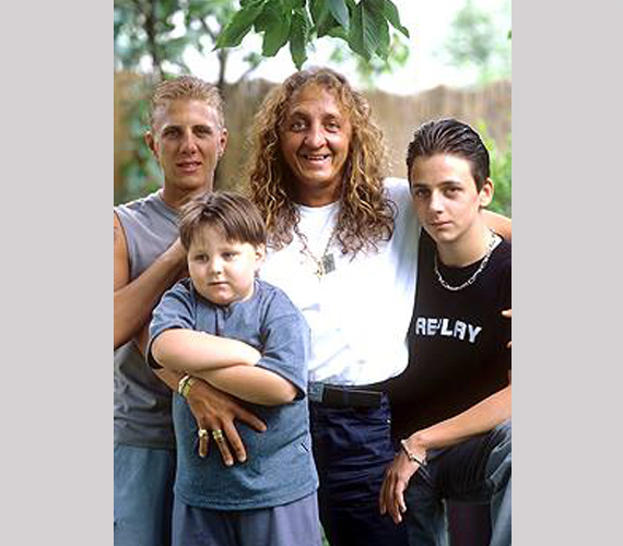 A 2001-ben, 42 éves korában, tragikusan elhunyt Zámbó Jimmy énekesnek három gyermeke született. A legidősebb a 35 éves Krisztián, aki maga is énekesi babérokra tört. Igazi ismertséget a 2012-es X-Faktor hozott neki, a hetedik élő show-ban esett ki.