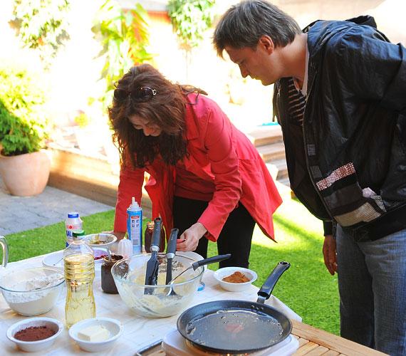 Az énekes házaspár leginkább hétvégenként tud időt szakítani a ráérős reggelizésre, hiszen még nyáron is fellépnek anyaszínházuk darabjaiban.
