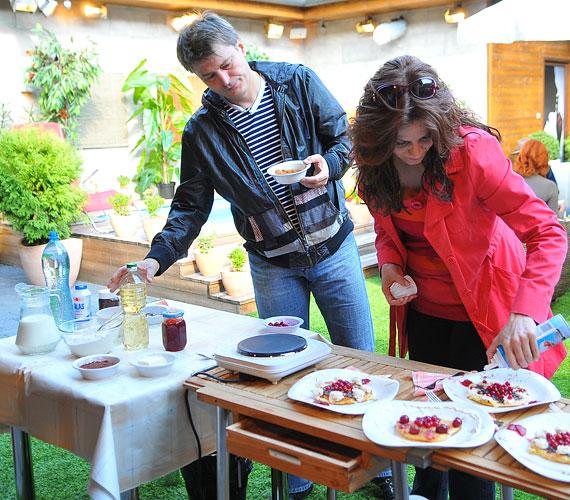 Zsolt vállalta a sütést, Lilla a díszítést. A sztárpár a munkában és a mindennapokban is remekül beosztja a feladatokat.