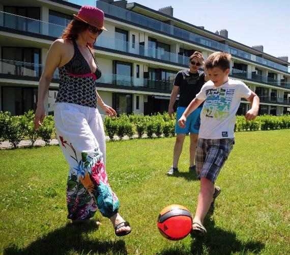 Természetesen ahol három fiú van, ott a foci sem maradhat el, még a színésznő is beállt a játékba.