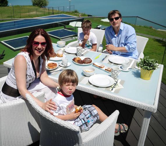A két sztárcsemete is nagyon élvezte a különleges nyaralást, a szülők fontosnak tartják, hogy még a legnagyobb hajtás közepette is szakítsanak időt a közös élményekre.